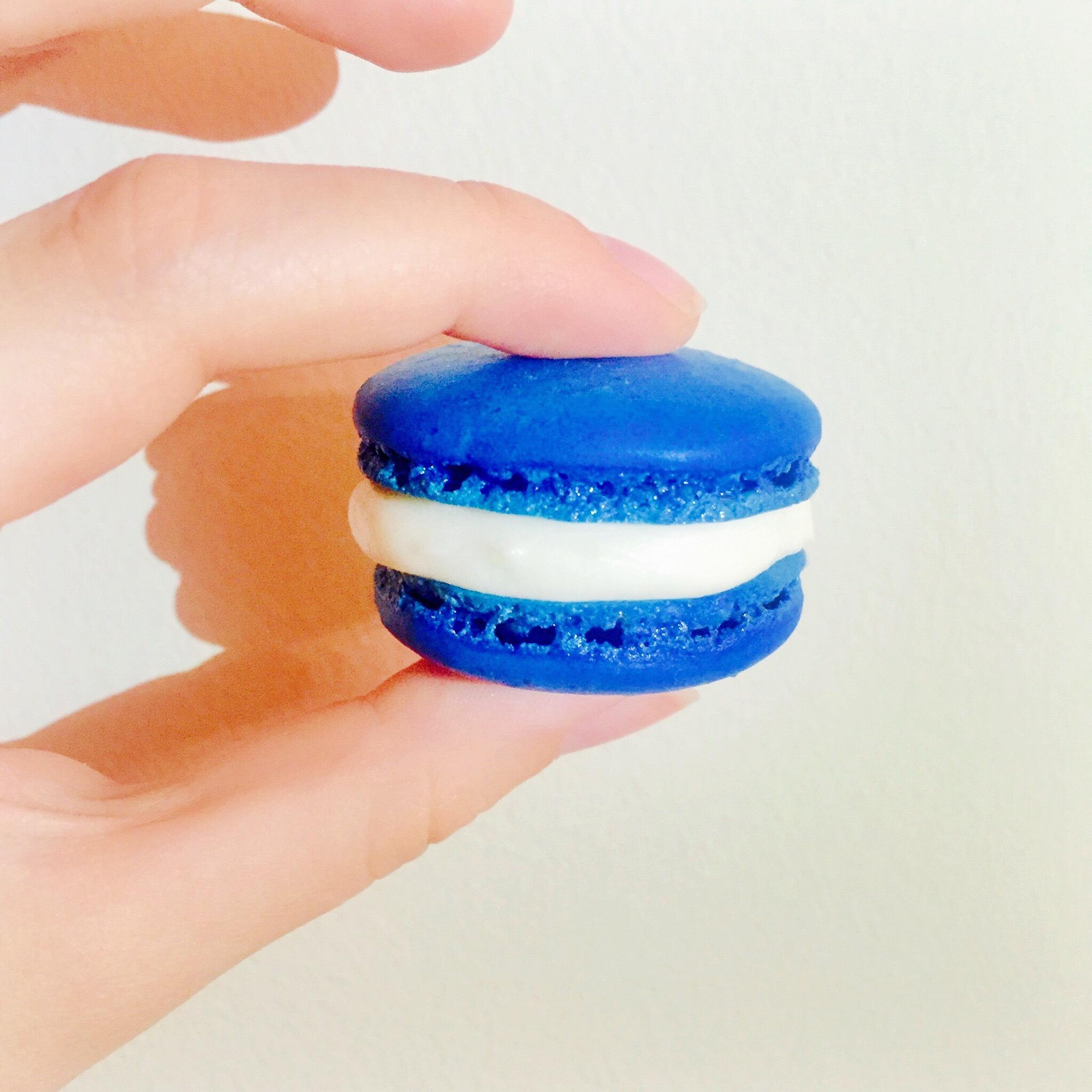 Graduation Dessert: Blue Velvet Macarons – The Daily Soirée